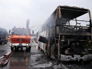 TEM Otoyolu'nda seyir halindeki yolcu otobüsü yandı