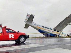 Freni tutmayan uçak pistten çıktı