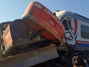 İzmir'de yolcu treni ile iş makinesi çarpıştı