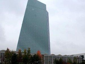 ECB faize dokunmadı, parasal genişlemeyi uzattı