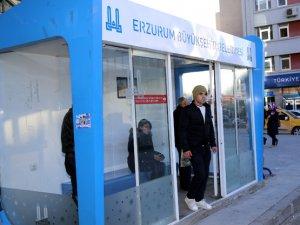 Erzurum'da klimalı duraklar kullanılmaya başlandı