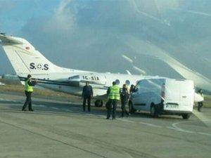AHL'de ambulans uçağa araba çarptı