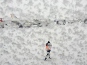 Hava ulaşımı kar nedeniyle aksadı