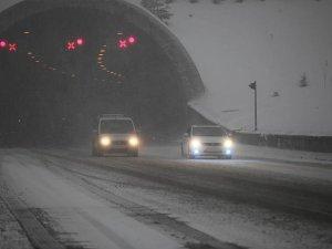 Bolu Dağı'nda başlayan kar yağışı ulaşımı etkiliyor