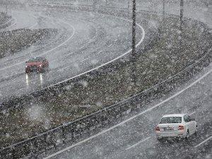 Bolu Dağı'nda yoğun kar yağışı ulaşımı olumsuz etkiledi