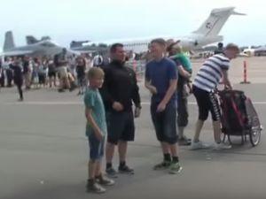 Uçağın motor gücü ortalığı dağıttı