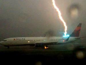 Delta uçağına yıldırım çarptı